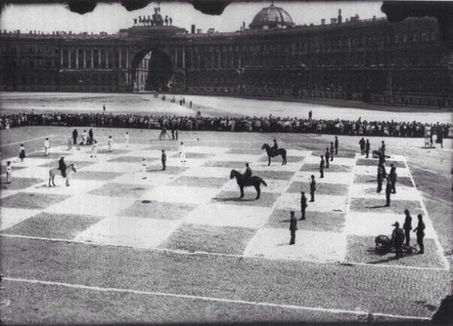 34-Rare-History-Photos-Human-Chess-Game1