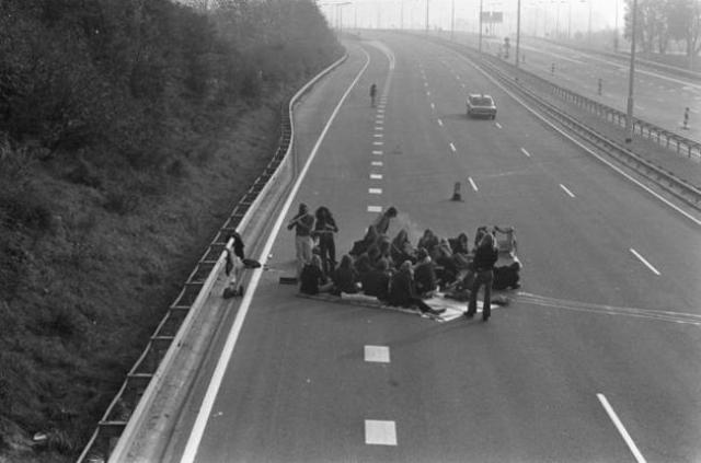 35-Rare-History-Photos-Picnic-In-Deserted-Highway-During-Oil-Crisis1